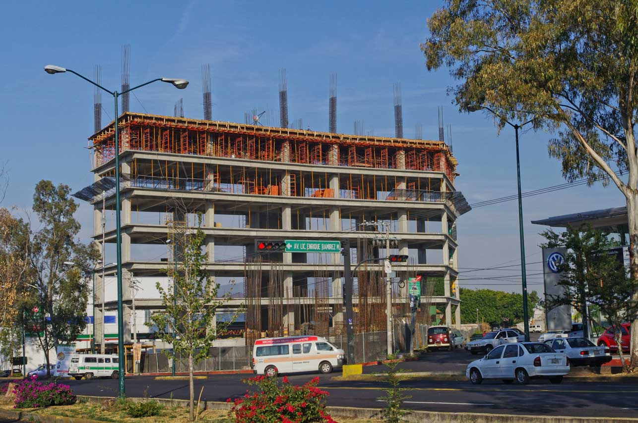 There is a new building rising on Aceducto in Morelia and this is where I started my second location walk last Friday.