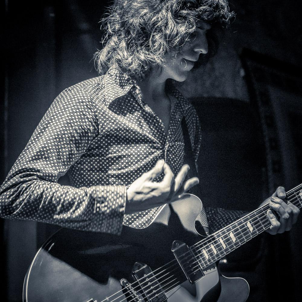 Los Doberman: León Gonzalez - Voz, Benja González - Guitarra, con David Avila - Batería