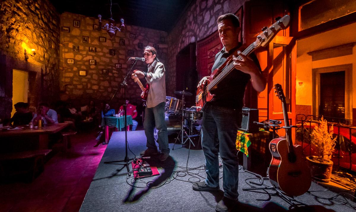 Chris Sanchez Blues Band: CHRIS SANCHEZ EN LA GUITARRA, CHUCK SANCHEZ EN EL BAJO. CHARLIE SANCHEZ EN LA BATERIA Y ARMONICA